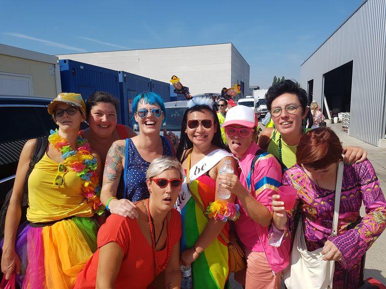 De groep meisjes die op weg was naar Oostende voor een vrijgezellenweekend laat de treinpanne niet aan hun hart komen.