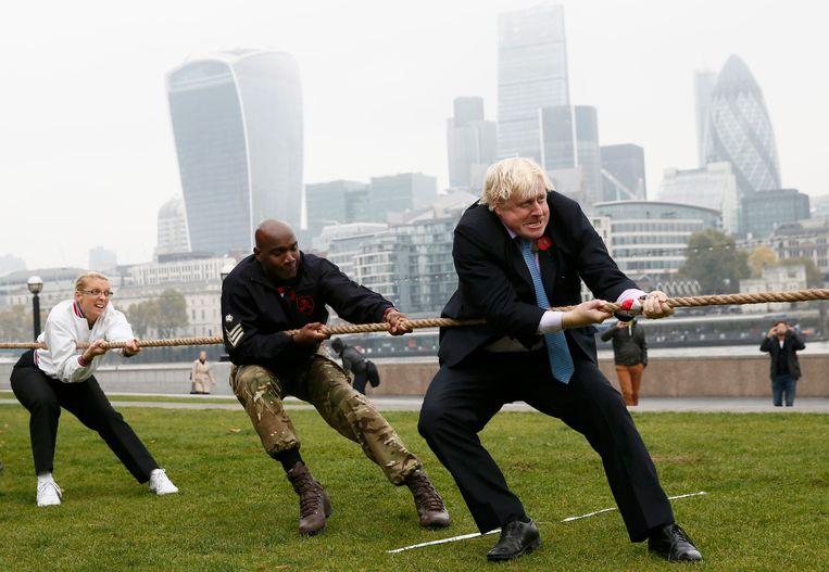 Boris Johnson bij een wedstrijdje touwtrekken in 2015. Beeld Reuters