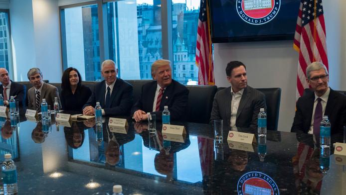 Donald Trump ontmoet afgevaardigden van grote technologiebedrijven.