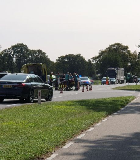 Aanrijding met motor en auto's in Hengelo: twee bestuurders naar ziekenhuis
