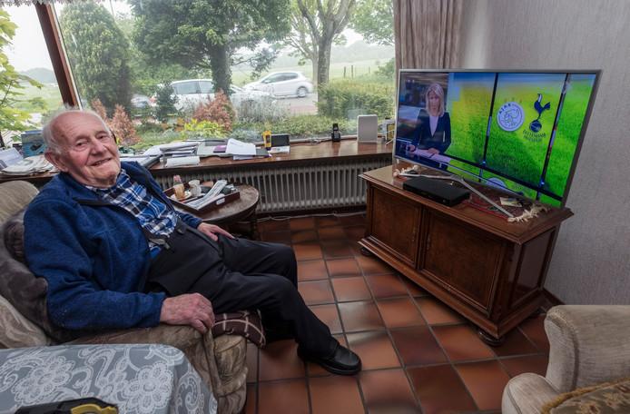 Twan Peters (93) uit Molenhoek zit acht à negen uur per dag. Hij was onlangs nog bij het Mega Piraten Festijn in Nijmegen, in een rolstoel.