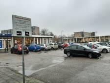 Slagboom moet illegale parkeerders buiten het privéterrein van gezondheidscentrum in Apeldoorn houden