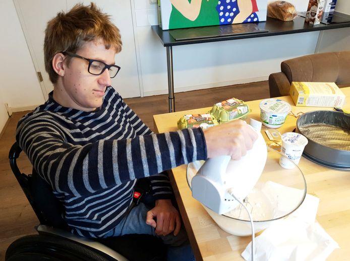 Stefan van Samen Top zit door het Corona virus noodgedwongen thuis. Om de tijd door te komen bakt hij een taart.