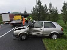 Automobilist verliest macht over het stuur en vliegt uit de bocht bij knooppunt Ewijk