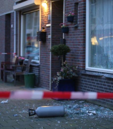 Politie praat met bewoners van bekogeld huis aan Demerstraat