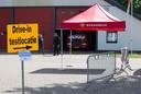 De ingang van de corona teststraat in Zelhem, op het terrein van de brandweergarage.