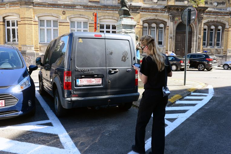 Een agente schrijft een verkeersboete uit.