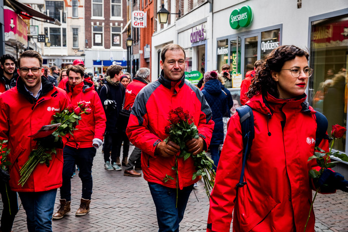 PvdA-partijleider Lodewijk Asscher samen met (kandidaat)gemeenteraadsleden in Utrecht.