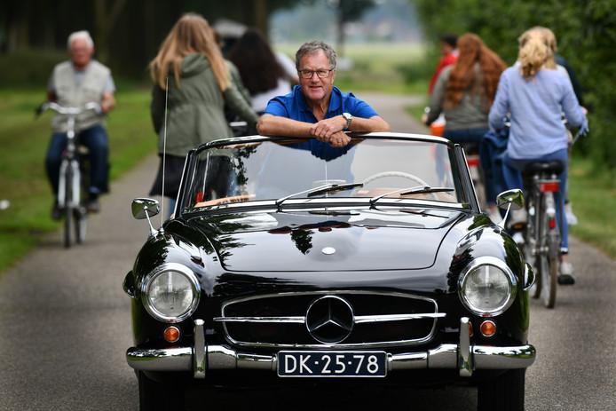 Gerrit van Steijn is met zijn Mercedes Cabrio 190 SL een van de 330 deelnemers aan de Oldtimertocht Vianen.