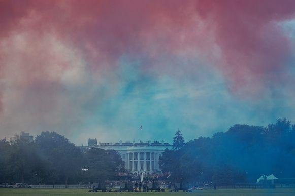 Rode en blauwe rook boven het Witte Huis.