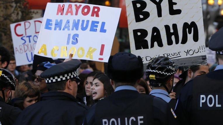 Demonstranten eisen het vertrek van burgemeester Rahm Emanuel. Beeld ap