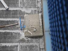 Betonnen leuning valt van balkon: omgeving flat Roosendaal afgezet