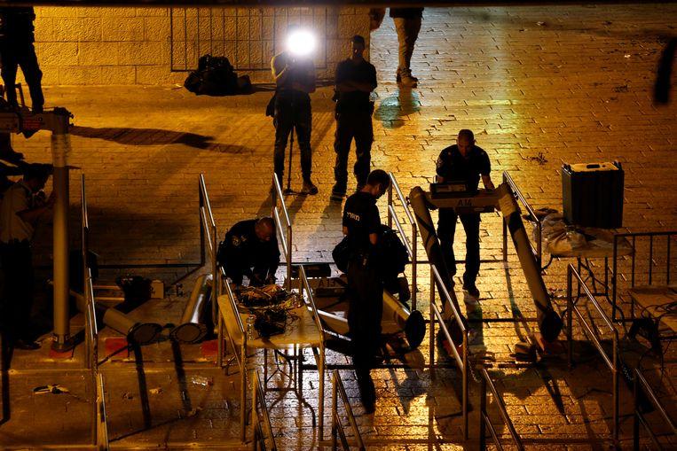 In de nacht van maandag op dinsdag zijn de detectiepoorten op de Tempelberg vervangen door toegangshekken met camera's er boven. Beeld REUTERS