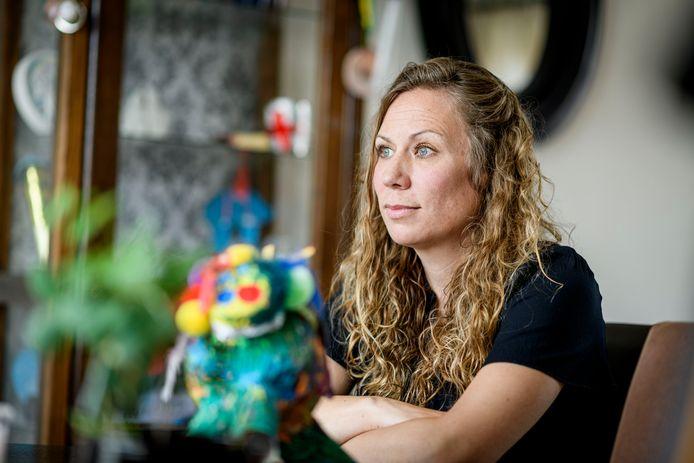 Claire van Wijk heeft al twee maand haar dochtertjes van 8 en 10 jaar niet gezien. Ze zijn op last van de rechter na anonieme tip over wangedrag moeder bij twee verschillende vaders ondergebracht.