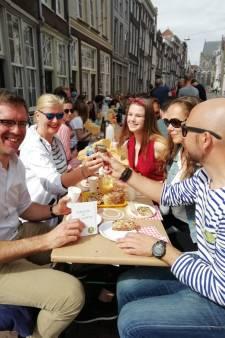 Honderden Dordtenaren ontbijten in Franse sferen onder de Grote Kerk