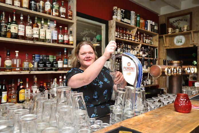 Eigenaresse Melanie Murray heeft haar Irish pub Murray's tijdens de lockdown compleet verbouwd. Nu begint ze - ondanks de aangescherpte maatregelen - aan de verbouwing van een tweede pand, waar vanaf december proeverijen, feestjes en optredens plaats kunnen vinden.