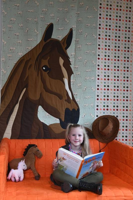 Anna Josephine in haar paardenkamer.