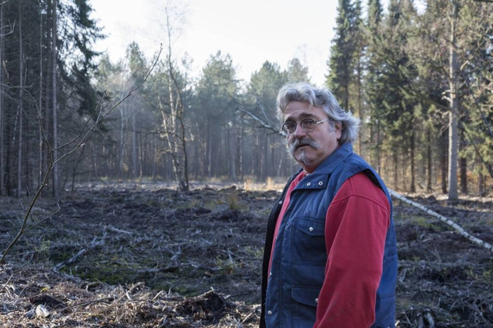 Arjan Fokker bij het gekapte bos.