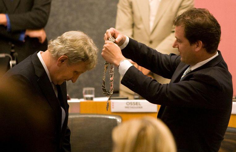 Eberhard van der Laan krijgt de ambtsketting om door plaatsvervangend burgemeester Lodewijk Asscher. Beeld anp