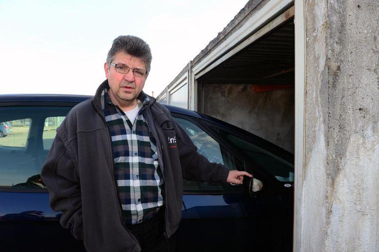 Omdat de wildparkeerders dwars op de parking staan, is het voor de bewoners zoals Peter bijna onmogelijk om uit hun garage te rijden.