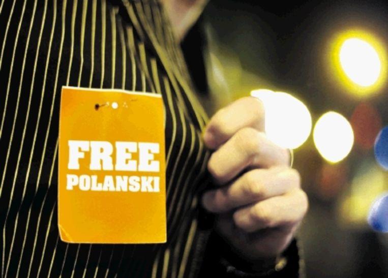Een bezoeker van het filmfestival in ZÃ¿rich protesteert tegen Polanski?s aanhouding. De regisseur zou op het festival een prijs uitgereikt krijgen, maar werd onderweg gearresteerd wegens een oude zedenzaak. ( FOTO AFP) Beeld