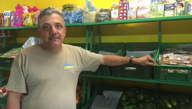 Antonio Franken bij zijn groenten uit Venezuela. Beeld