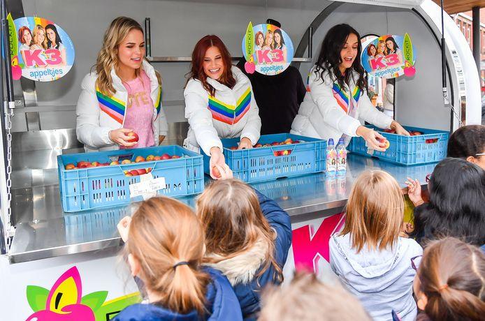 De meisjes kwamen niet alleen zingen op de scholen, ze deelden ook K3-appelen uit.