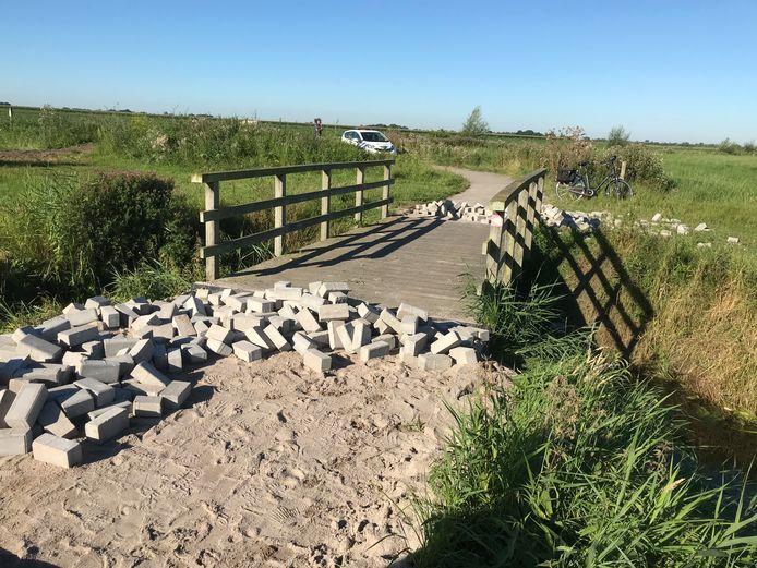 Het bruggetje over de Pangelerbeek in Nunspeet werd vannacht versperd door straatklinkers.