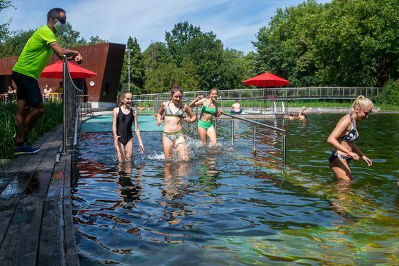 Jong en oud genoot van een verfrissende duik in zwemvijver Boekenberg.