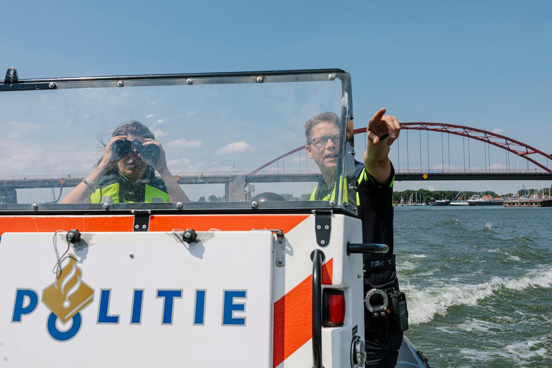 Titia Wagenaar (l) en Mark Seghers van de politie.
