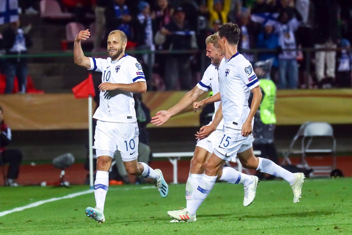 Teemu Pukki (links) scoort tegen Italië (1-2).