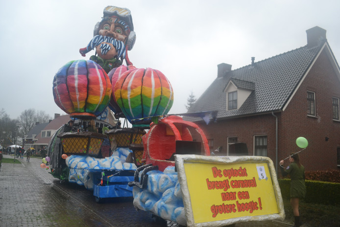 Volgens Nie Mauwe mar Bouwe brengt de optocht Carnaval tot grote hoogte in het Nachtgraversrijk.