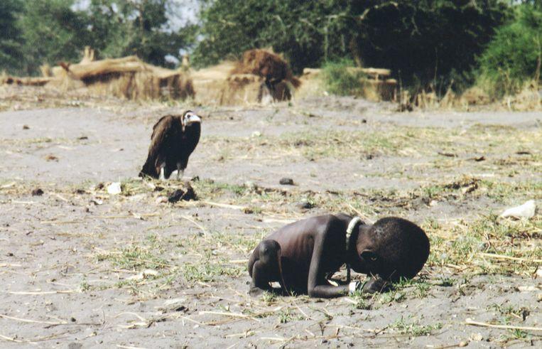 De foto van de hongersnood in Zuid-Soedan waarmee Kevin Carter in 1993 een Pulitzer won. Beeld NYT