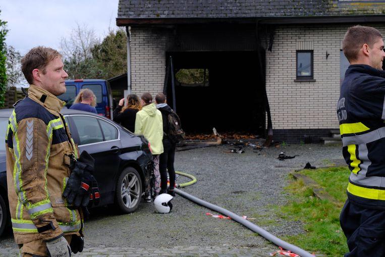 De garage brandde door de brand volledig uit.