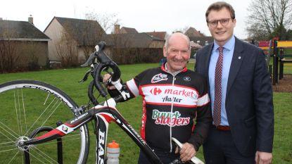 Hoe trots kan een vader zijn? Patrick (63) fietst halve wereld rond en krijgt trofee van zoon (26) die net schepen geworden is