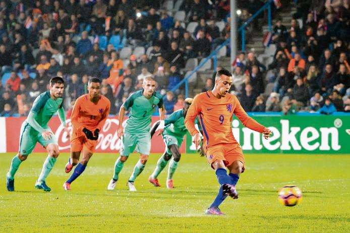 Jong Oranje tijdens een oefenwedstrijd tegen Portugal op de Vijverberg