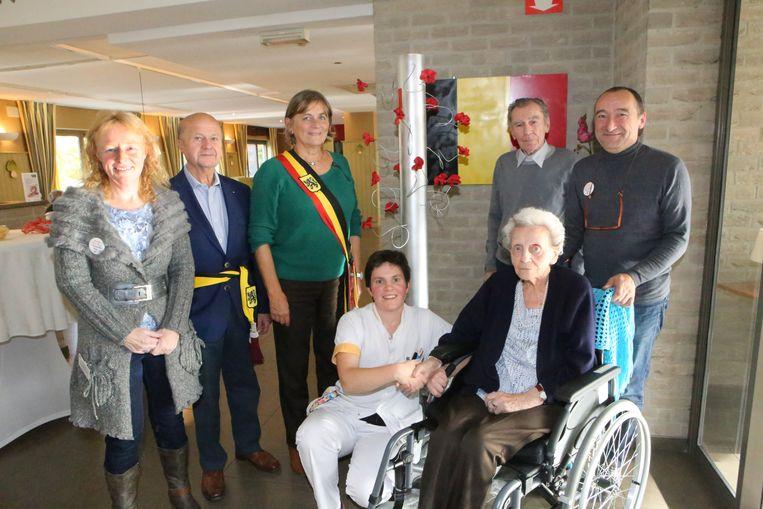De inhuldiging van het kunstwerk in het Vondelhof in Roosbeek.