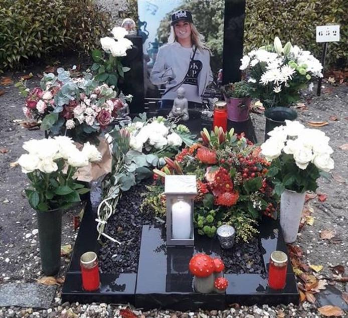 Het graf van de omgekomen matroos Mandy Groenewoud.