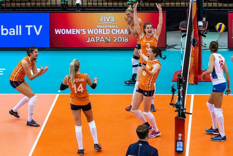 De Nederlandse dames vieren de winst, nadat het Servische team is verslagen.  Beeld Ronald Hoogendoorn