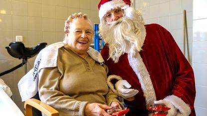 Kerstman Walter verrast senioren
