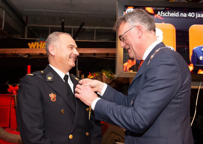 Frans van Venrooij wordt onderscheiden door burgemeester Janssen