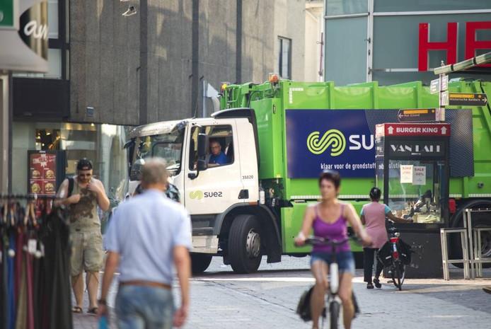 Een vuilniswagen rijdt de Janstraat in. Rolf Hensel.