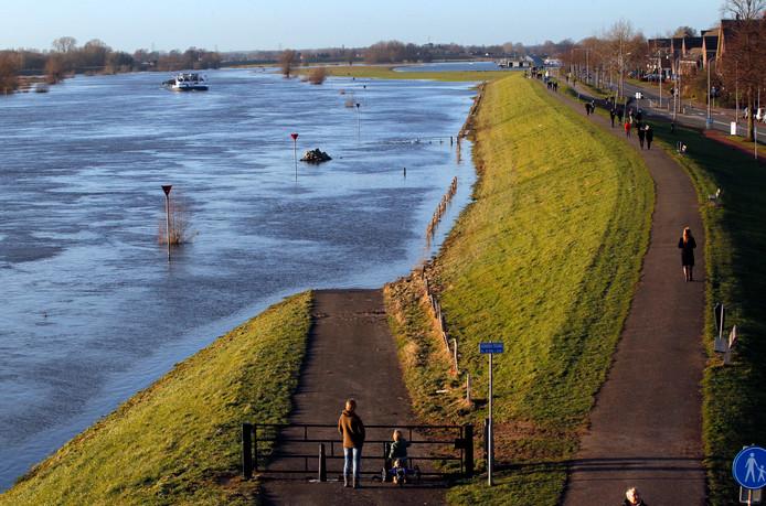 Het hoge water trekt veel bekijks langs de IJssel.