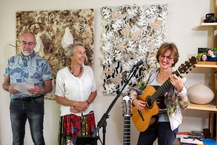 Generale repetitie van Miriam van der Linden, Jacqueline Snel (met gitaar) en Dirk Engelage voor het 3D-concert dat zij binnenkort op meerdere plaatsen gaan opvoeren.