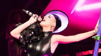 Katy Perry zit midden in de lucht vast tijdens concert
