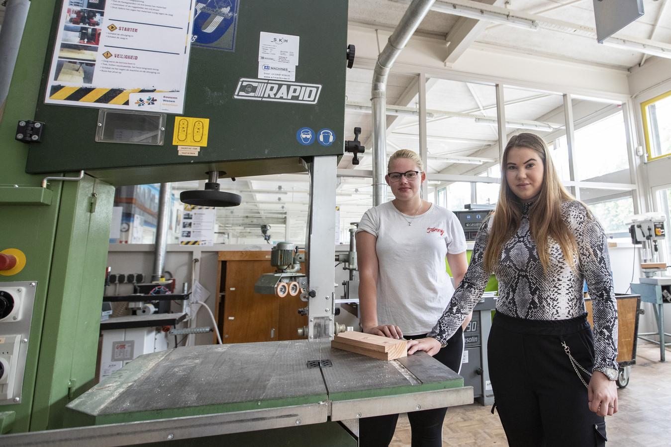 Larissa (Links) en Priscilla, de eerste twee meisjes die geslaagd zijn voor de opleiding Techniek van Het Noordik Vroomshoop.