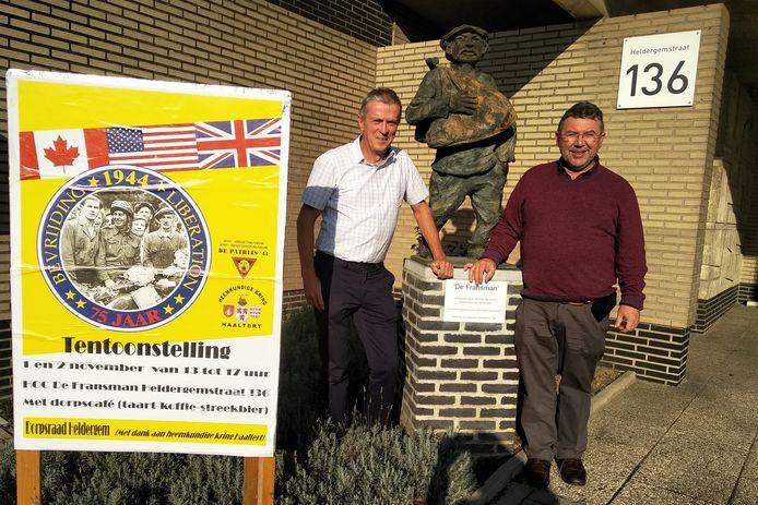 Voorzitter William Minnaert (rechts op de foto) en secretaris Johan Baetens van de Dorpsraad Heldergem aan HOC De Fransman.