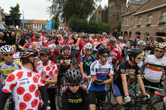 500 'renners' aan de start van een vorig editie van de koers, met Guido Belanto helemaal vooraan.