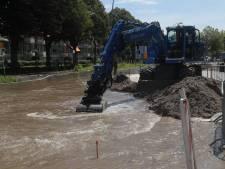 Waterballet bij winkelcentrum Leidsenhage door gesprongen waterleiding