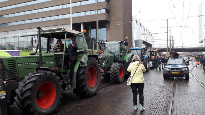 Tractors op de trambaan in Den Haag